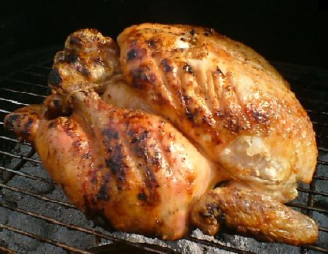 Obrázek dozlatova grilovaného kuřete na grilu.