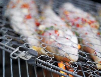 Obrázek pstruha na grilu v držáku na ryby.